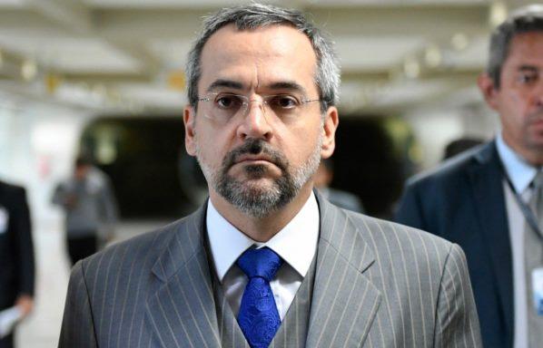 Ministro da Educação vai a reunião com senadores escoltado por segurança