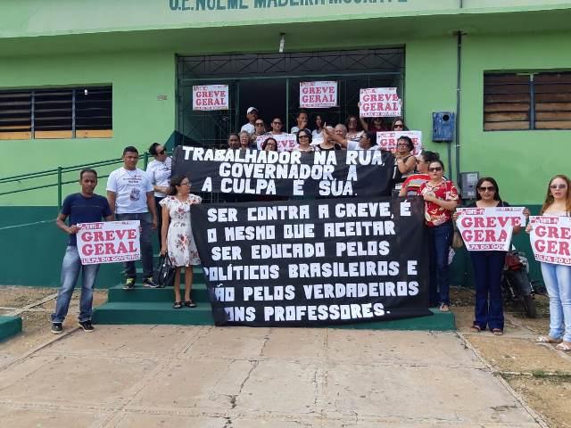 Em Simplício Mendes, professores vãos às ruas contra o governo e pelo reajuste do PISO