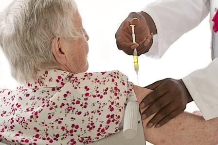 Ministério da Saúde supera meta e vacina 90,66% dos idosos
