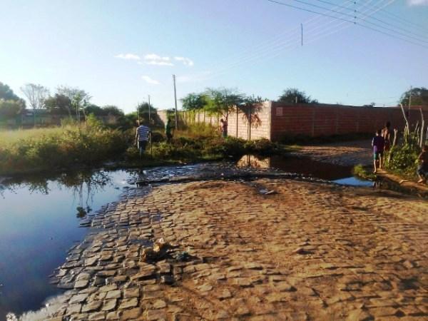 Moradores reclamam de barreiro de lama próximo à Secretaria de Obras do município