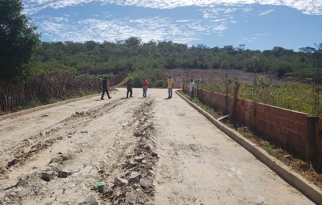 Vereadores e ex-prefeito fazem denúncia de obra de pavimentação da gestão Léo Leite