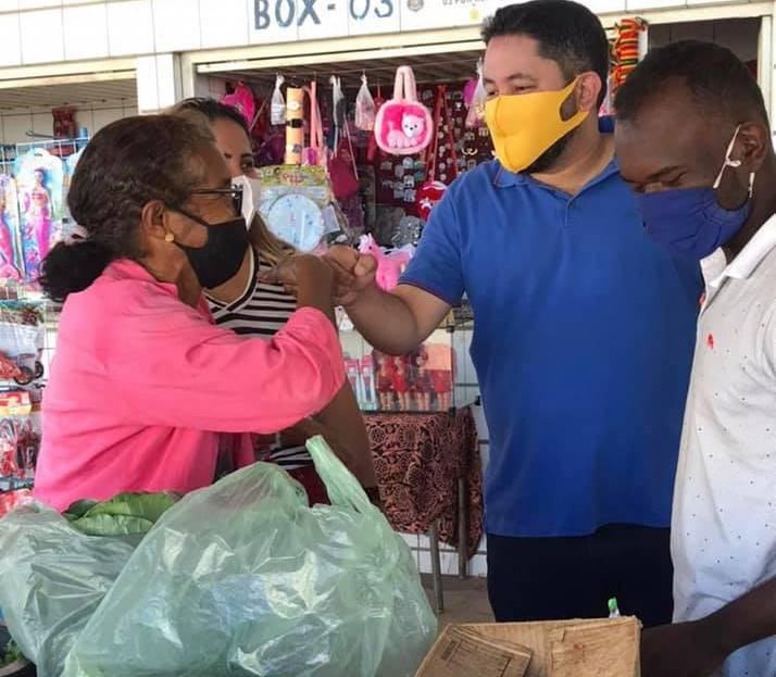 Dr. Alexandre e Pauliana intensificam pré-campanha cumprimentando populares