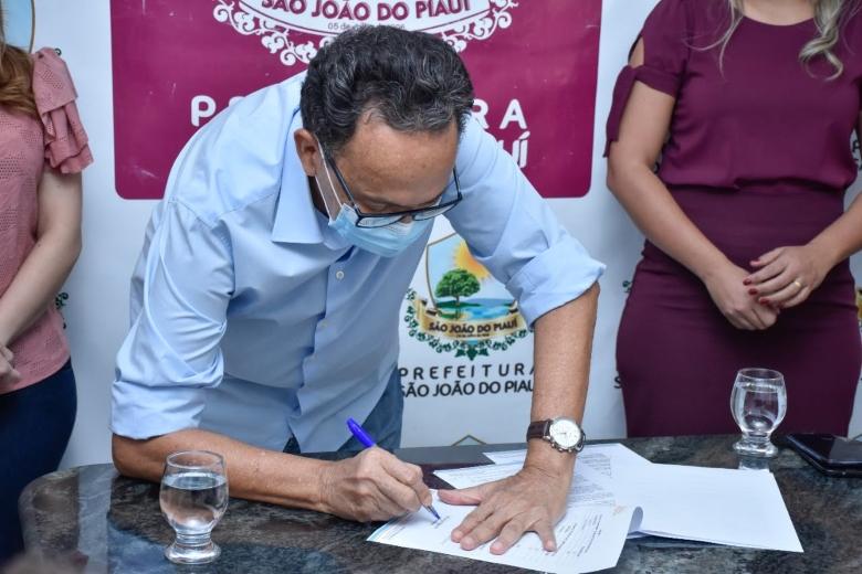 Prefeito Ednei Amorim sanciona lei do programa Previne Brasil