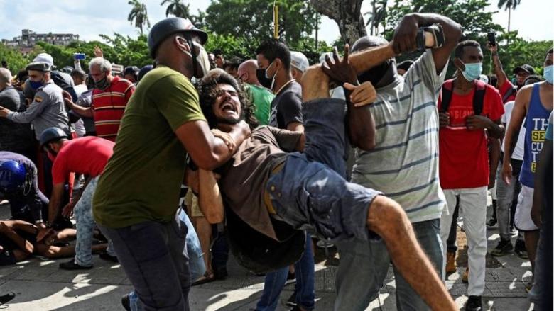 Povo cubano sai às ruas sob gritos de 'liberdade' e 'abaixo a ditadura'