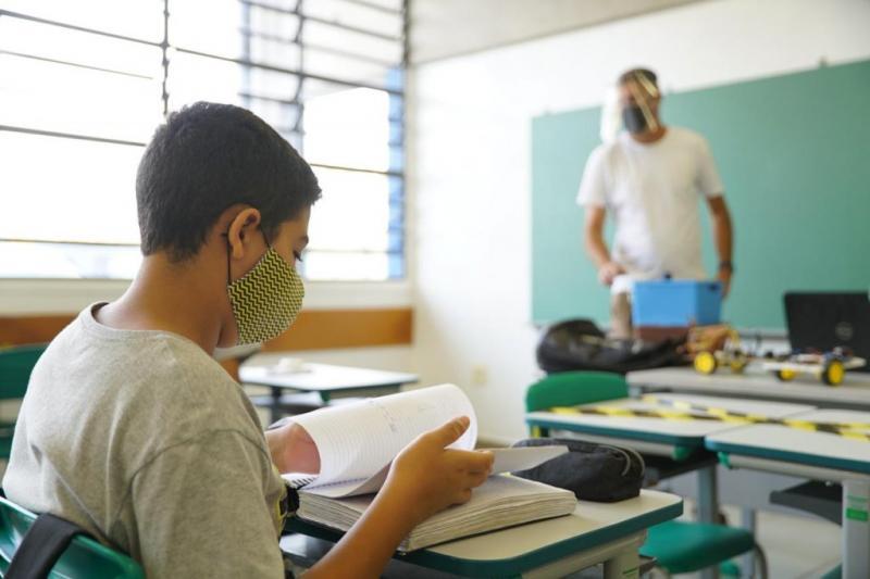 Volta às aulas presenciais este mês coloca professores e alunos em risco