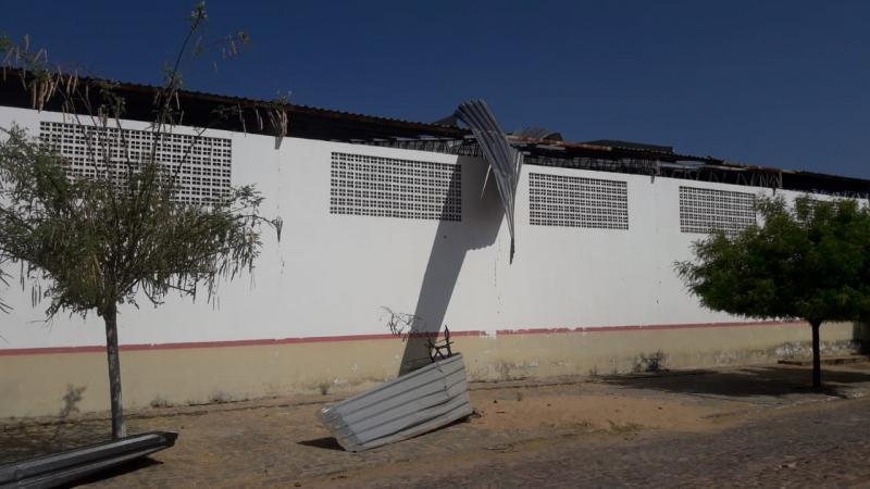 Tragédia: Teto de poliesportivo é lançado sobre residências