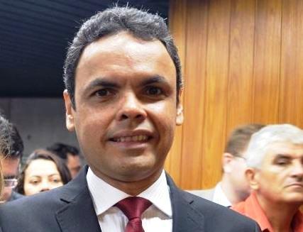 Prefeito firma contratos com empresas de informática por quase R$ 500 mil